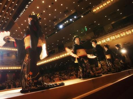 ステージでは新橋芸者が芸を披露