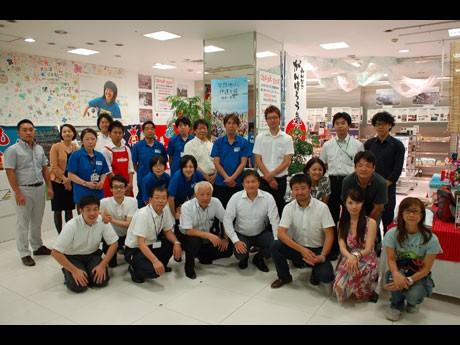 気仙沼コンシェルジュを含め東日本復興応援プラザ閉店に集まった関係者一堂(前列左=齋藤岳大さん)