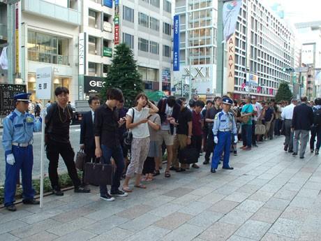 「ソフトバンク銀座」前に並ぶ来店客