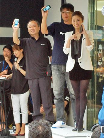 店頭でiPhone5の発売を祝う孫正義社長、行列先頭客、上戸彩さん(左から)