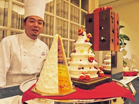 画面奥の「ボックス」に中央のツリーケーキを収めて販売。手前はツリーケーキの断面図、人物は浦野シェフ