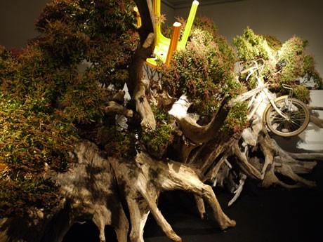 流木を土台に自転車、イスなども花材に使った大型作品