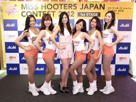 初代「ミスフーターズジャパン」のMiyoさん(中央)、昨年のミスフーターズジャパンMayuさん(右)他、昨年のファイナリストたち