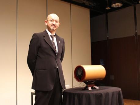 演奏会を終えたエムズシステムの三浦社長と同社製のスピーカー