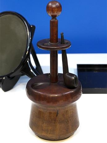 「ブルーノ・タウトの工芸~ニッポンに遺したデザイン~展」に出展されているパイプ掛付き木製たばこ入れ