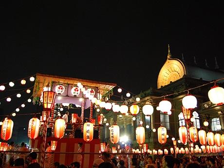 ビジネスマンや観光客で盛り上がる本願寺の納涼盆踊り(昨年の様子)