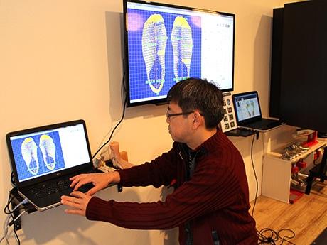 靴の調整をメーンとする足と靴のフィッティング専門店「My Foot Station銀座店」の「3次元足型自動計測機」