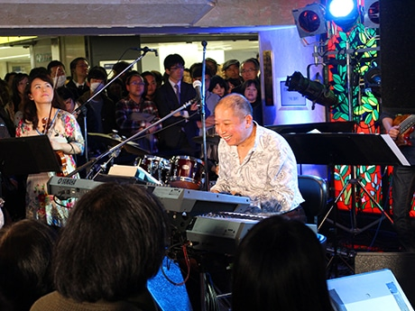 東京メトロ銀座駅構内で行われた無料ライブで演奏する向谷実さん