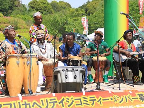 「アフリカヘリテイジバンド」の演奏風景