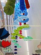 松屋銀座で「GINZAの百傘会」 160本の傘で名物ディスプレー復活
