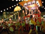 築地本願寺で恒例の納涼盆踊り大会 築地の有名飲食店の出店も