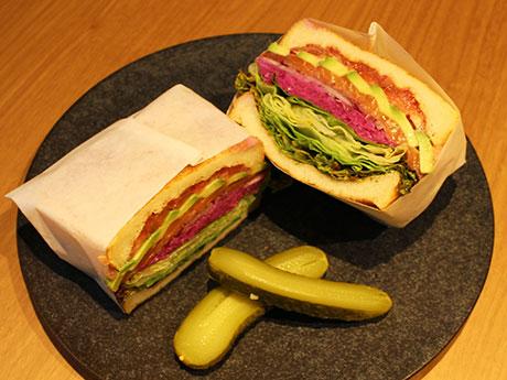 「スモークサーモンとアボカドのサンドイッチ」