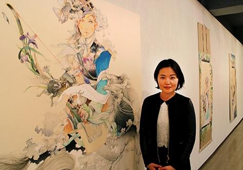 個展会場での入江明日香さんと作品