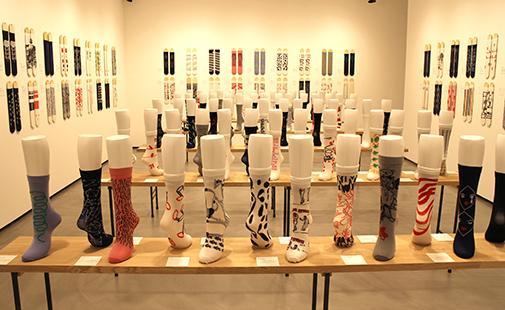 「つつの靴下展」の会場風景