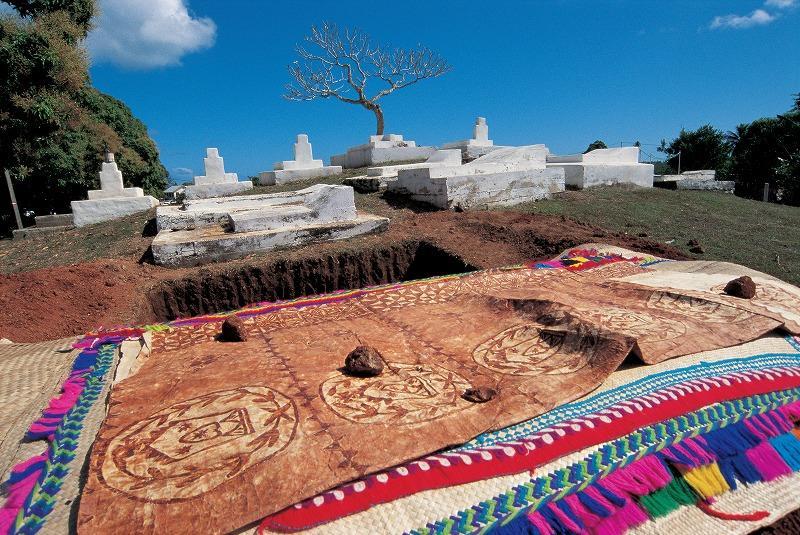 墓地に広げられたタパ(フィジー)©飯田裕子