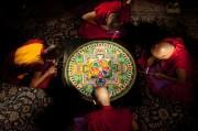 丸の内の相田みつを美術館で僧侶が「観音砂曼荼羅」を公開制作