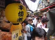 築地場外市場で「半値市」今年も マグロや卵焼き、包丁などの「逸品」販売