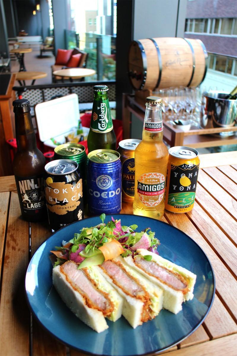 提供するクラフトビールと「知床斜里産 匠の豚麦王のカツサンド 東京都産 トキハソース」