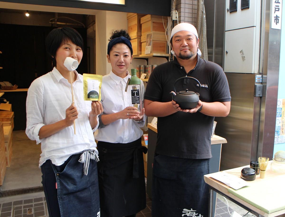 伊藤信吾さん(右)と「MATCHA STAND MARUNI TOKYO TSUKIJI」のスタッフ