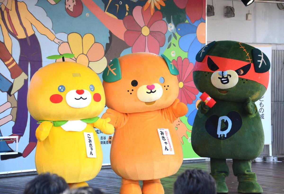 愛媛県のイメージアップキャラクター、「みきゃん」「こみきゃん」「ダークみきゃん」