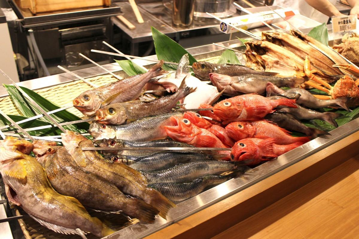 「北海炉端 北の家族有楽町本店」のライブキッチンに並べられた食材
