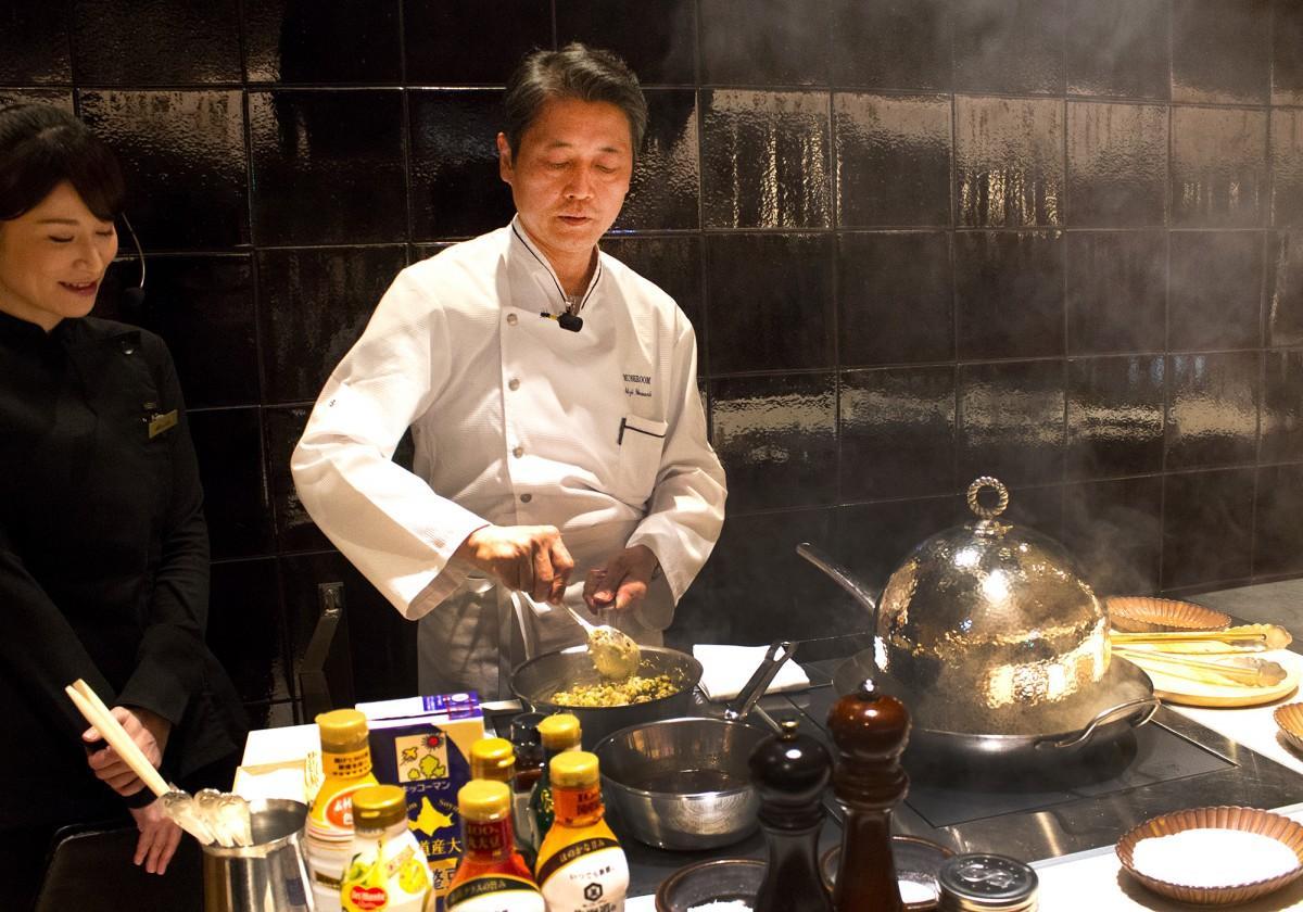 「KIKKOMAN LIVE KITCHEN TOKYO」で料理の実演をする山岡昌治さん