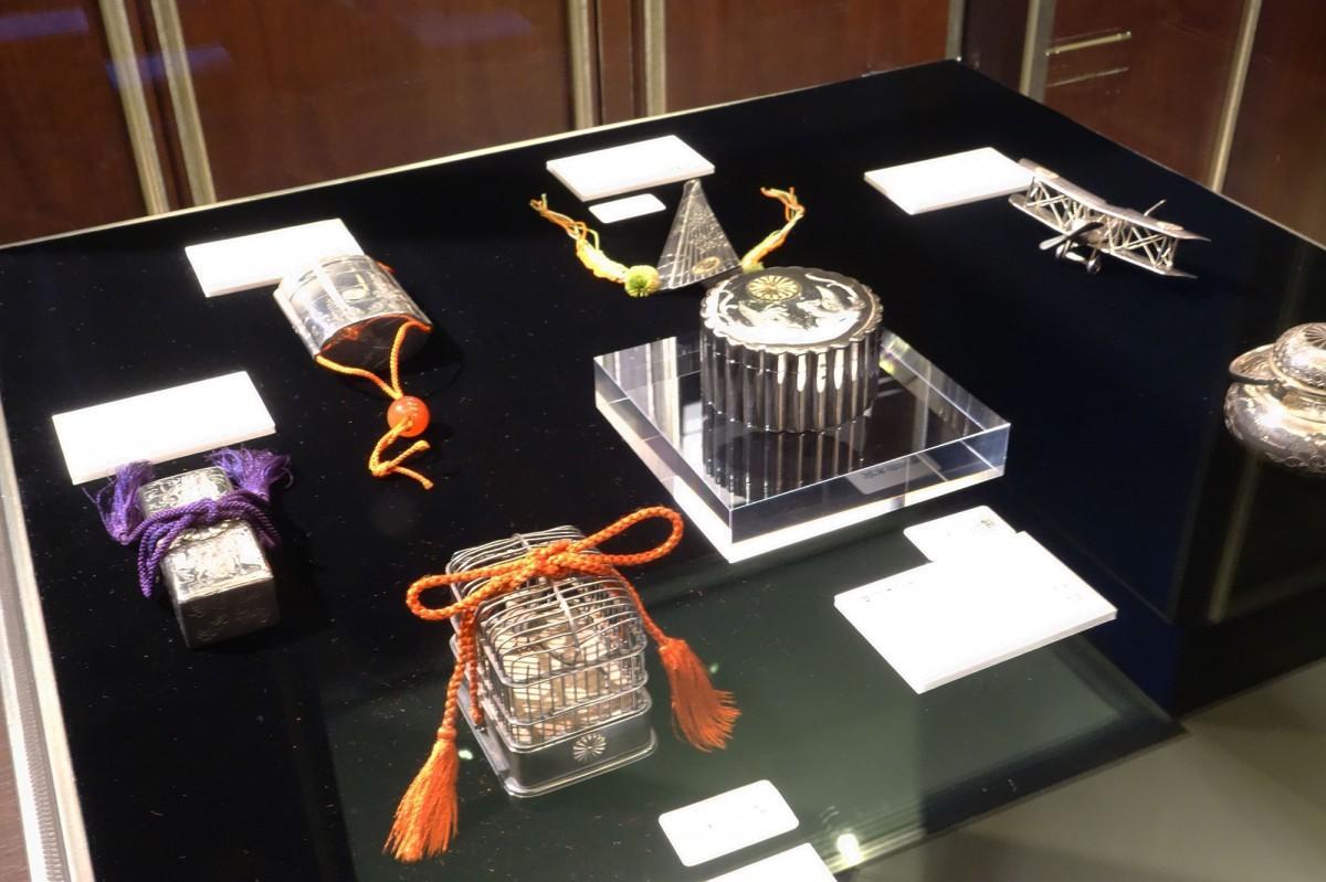 「皇室の銀製ボンボニエール展」の展示風景