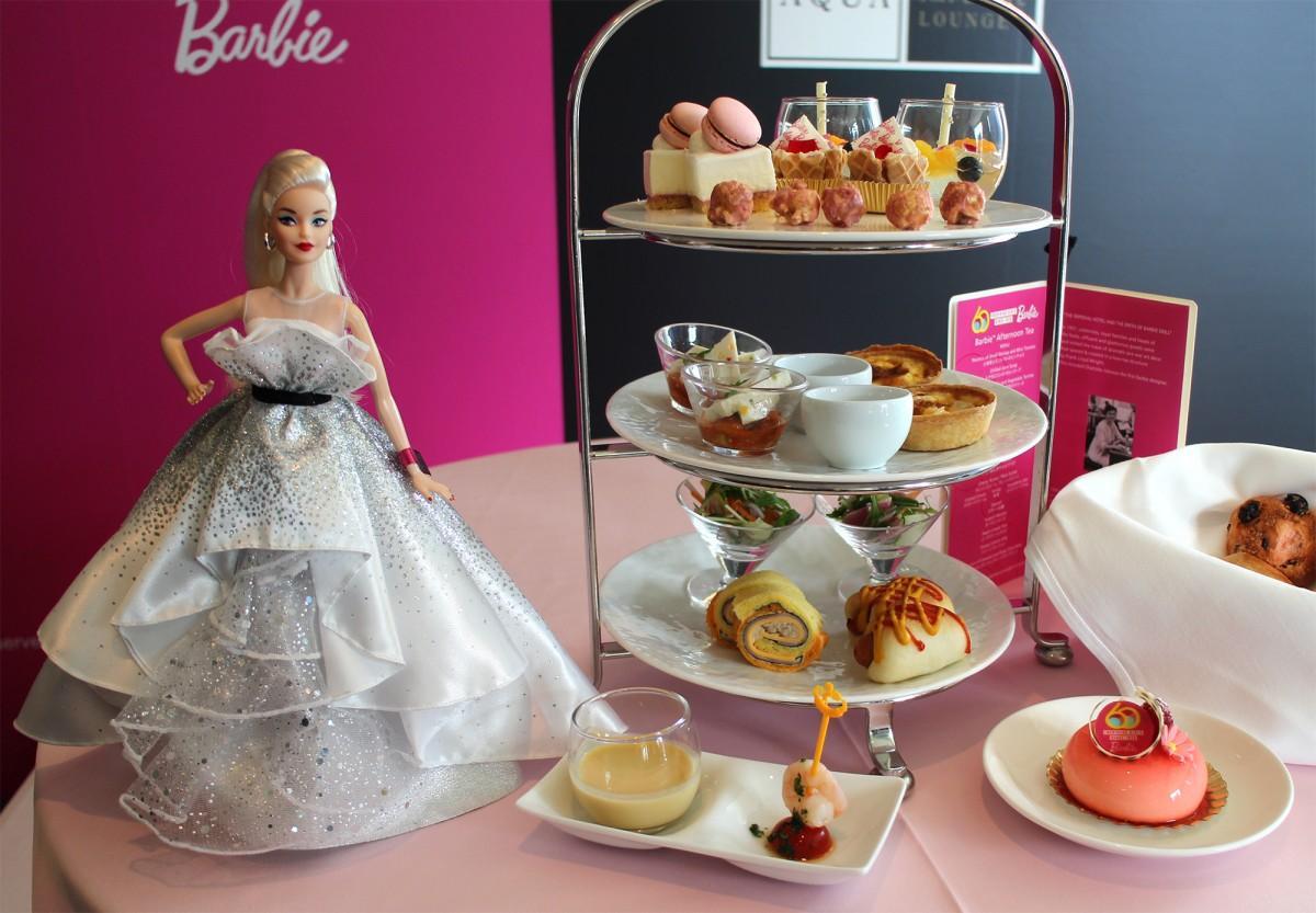 バービードールと「バービーデビュー60周年」で販売するアフタヌーンティー、ケーキ