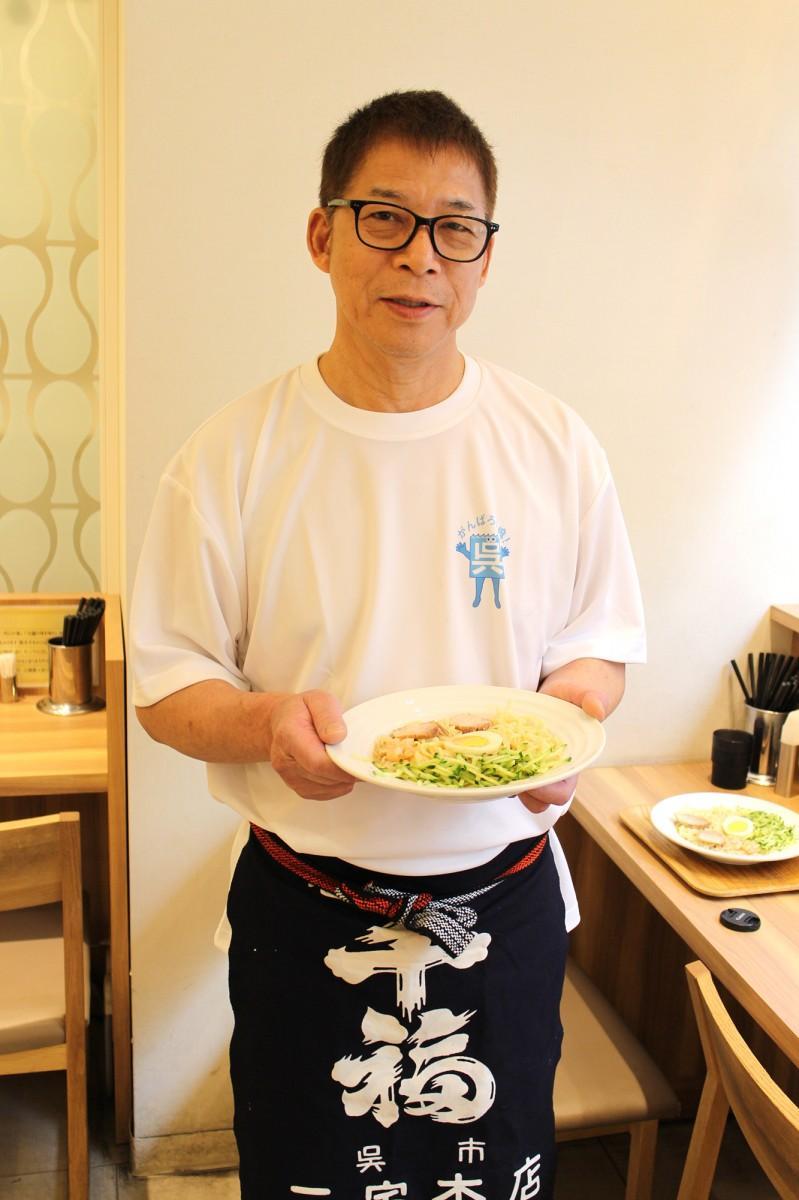 珍来軒の檜垣巌社長と「呉冷麺」