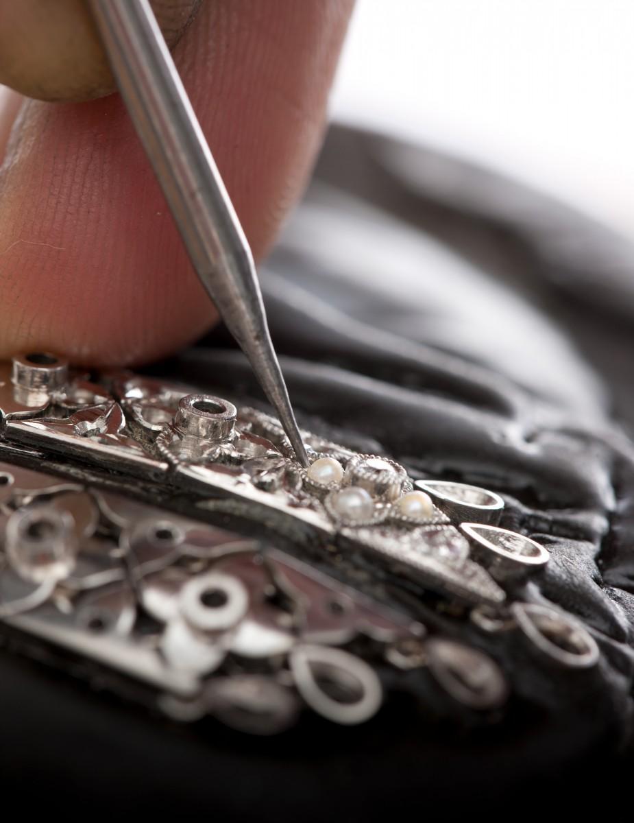「ケシ」と呼ばれる極小の真珠を隙間なく留めていく作業