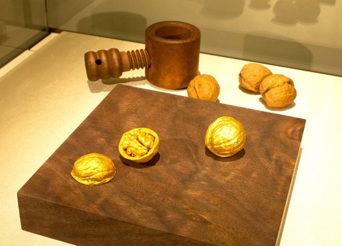 クルミをモチーフにした純金のオブジェ