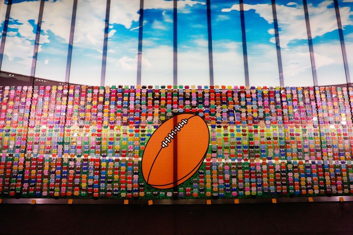 東京国際フォーラムに展示されている「折り紙ラガーシャツ」のディスプレー