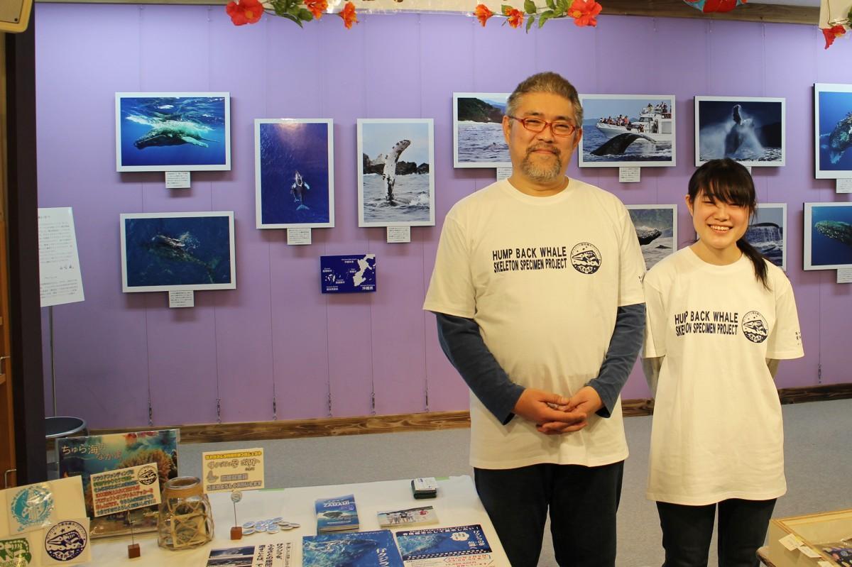 「ザトウクジラ骨格標本プロジェクト」のスタッフとPR展示の様子