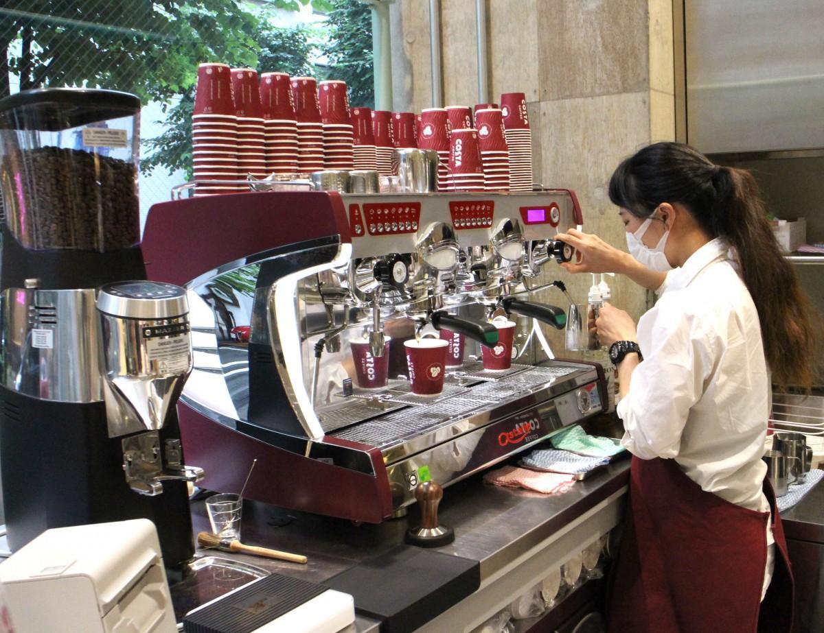 「COSTA COFFEE」でコーヒーを淹れるバリスタ