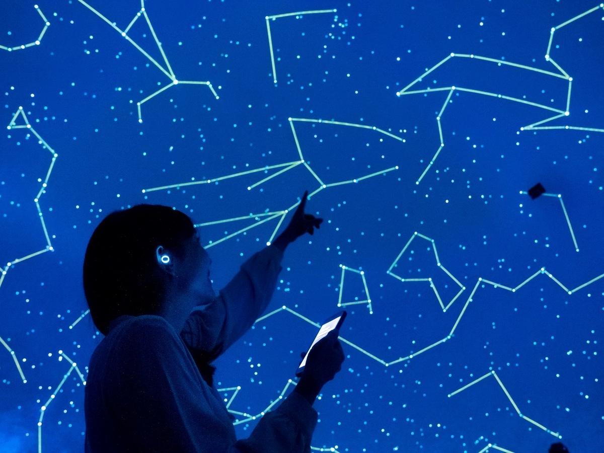 自分のスマートフォンとイヤホンで楽しむ星空ストーリー