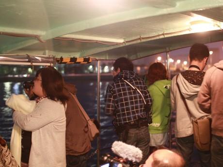 観光遊覧船からの撮影に興じる「工場萌え」の参加者
