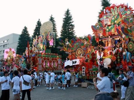 八戸市庁前で山車の展示やおはやしの実演が行われた