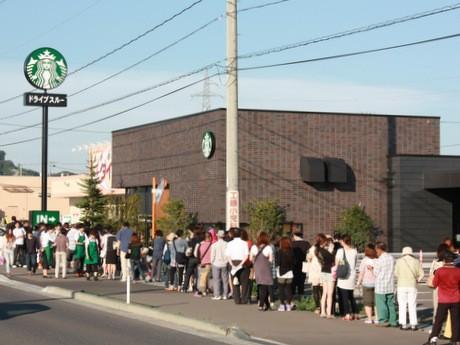 オープン前に約100人の行列ができた