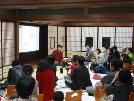 旅の思い出をアットホームな雰囲気の中で話す、藤本智士さん