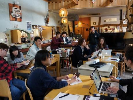 カントリー調のカフェで勉強会が開催された