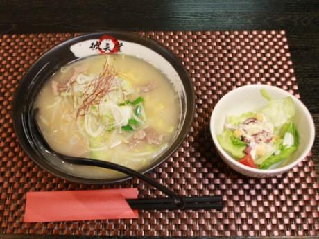 水炊き風にアレンジした鶏塩白湯スープが特徴の「破天堂ラーメン」(630円)