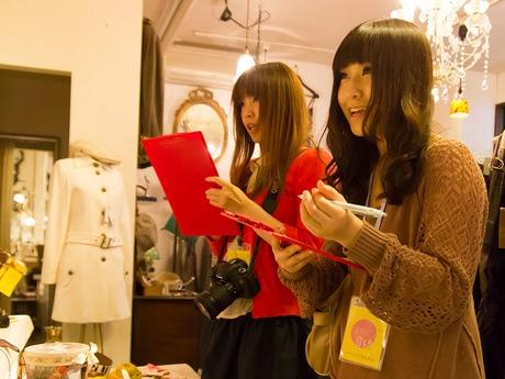 八戸中心街のショップで取材をする「まちなか女子目線。委員会」のメンバー
