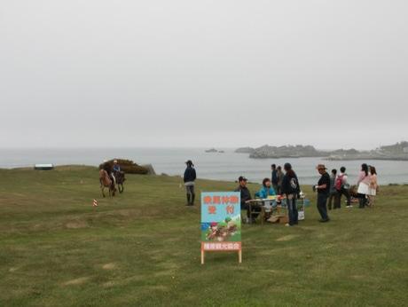 今年最初の「乗馬体験イン種差」は霧雨のあいにくの天候となった