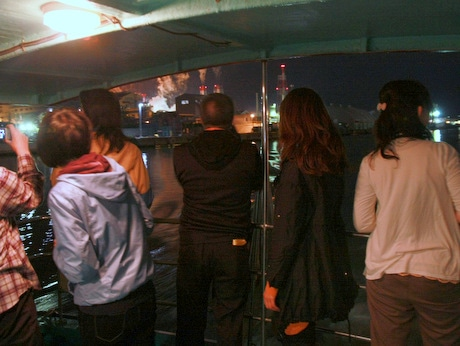 観光遊覧船「はやぶさII号」から工場夜景を観賞する参加者