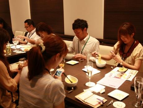「ブロガー食事会」で料理を撮影するブロガー