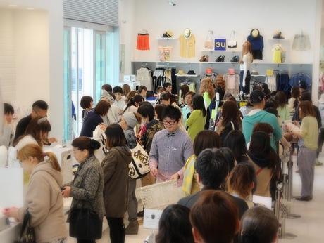 ジーユー八戸沼館店には開店と同時に大勢の買い物客が訪れた