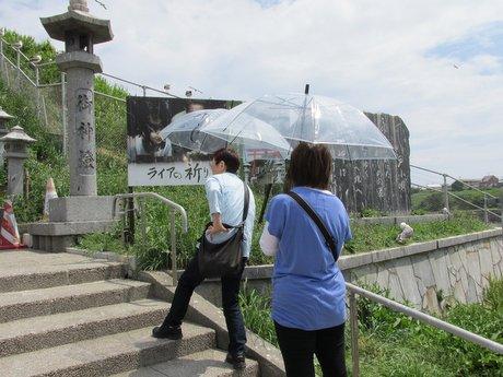 晴天でも傘を差すのが蕪島の観光スタイル