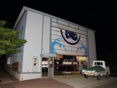 八戸三社大祭に向けて山車(だし)製作が行われている山車小屋