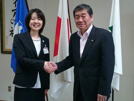 小林眞八戸市長(右)と握手を交わす兼田美沙さん