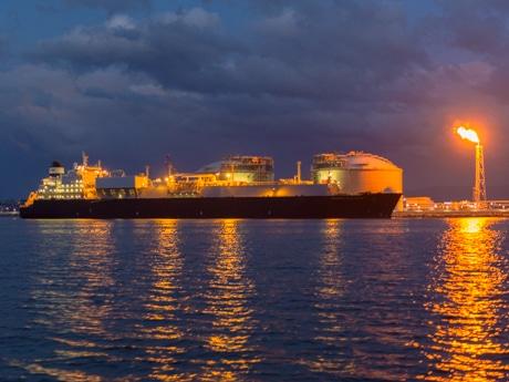 八戸LNGターミナルに接岸する大型LNGタンカー